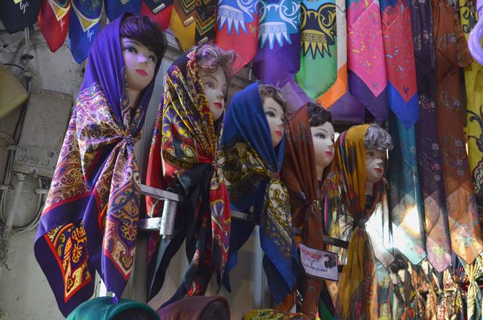 Farbenfrohe Hijabs auf dem Bazar in Esfahan