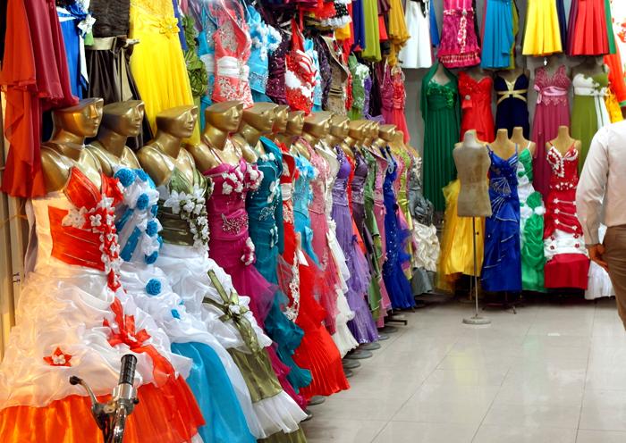 Als Frau im Iran auch tragbar: Bunte Kleider auf einem Bazar