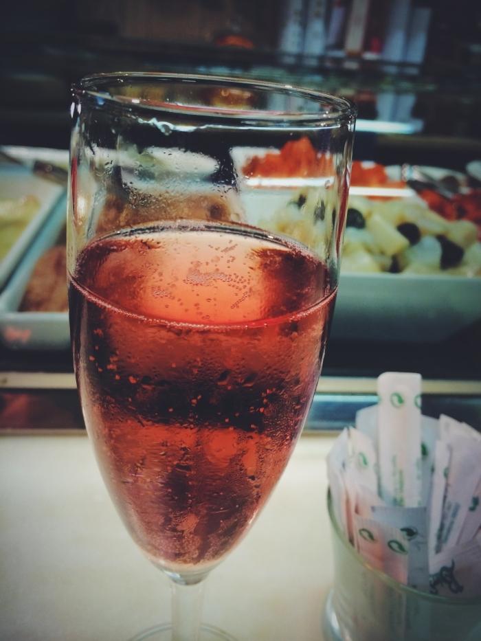 Ein Sektglas in einer der Xampanyeria Barcelona