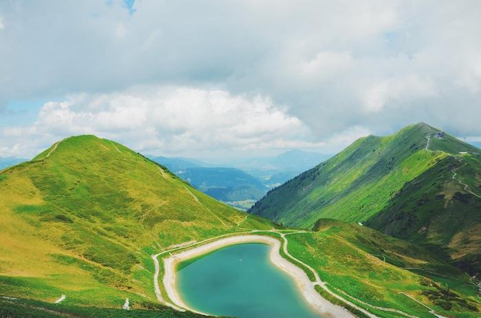 Ein Bergsee hoch auf dem Berg im Kleinwalsertal