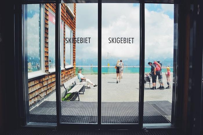 Auf einer Glastür der Bergstation im Kleinwalsertal steht das Wort Skigebiet geschrieben