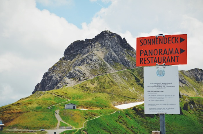 Auf einem Berg im Kleinwalsertal steht ein Schild mit dem Schriftzug Sonnendeck