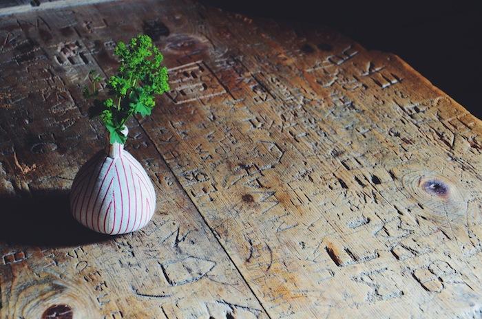 Ein 400 Jahre alter Holztisch im Kleinwalsertal mit eingeritzten Wörtern im Holz
