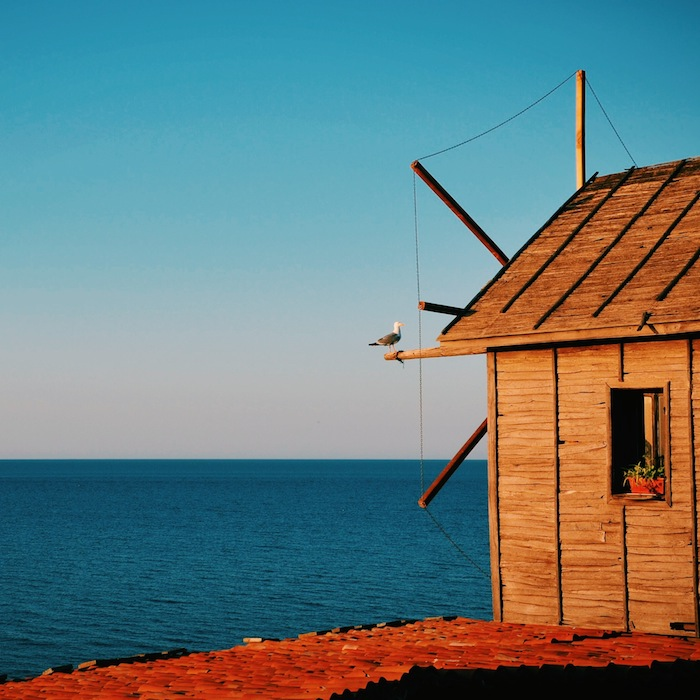 Eine Windmühle an der Schwarzmeerküste in Bulgarien, einem der Balkanländer im Balkan