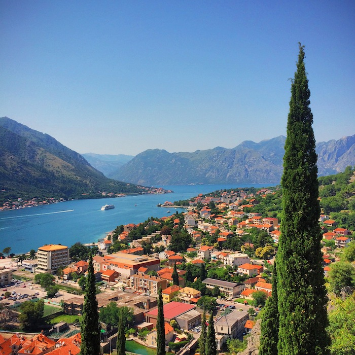 Ausblick auf die Bucht von Kotor in Montenegro, einem der Balkanländer im Balkan