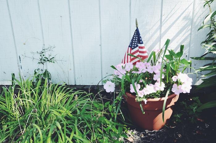 Eine USA-Fahne in einem Blumentopf in Ocean Grove am Jersey Shore