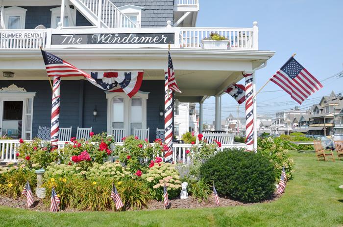 Eine Veranda mit US-Fahnen in Ocean Grove am Jersey Shore