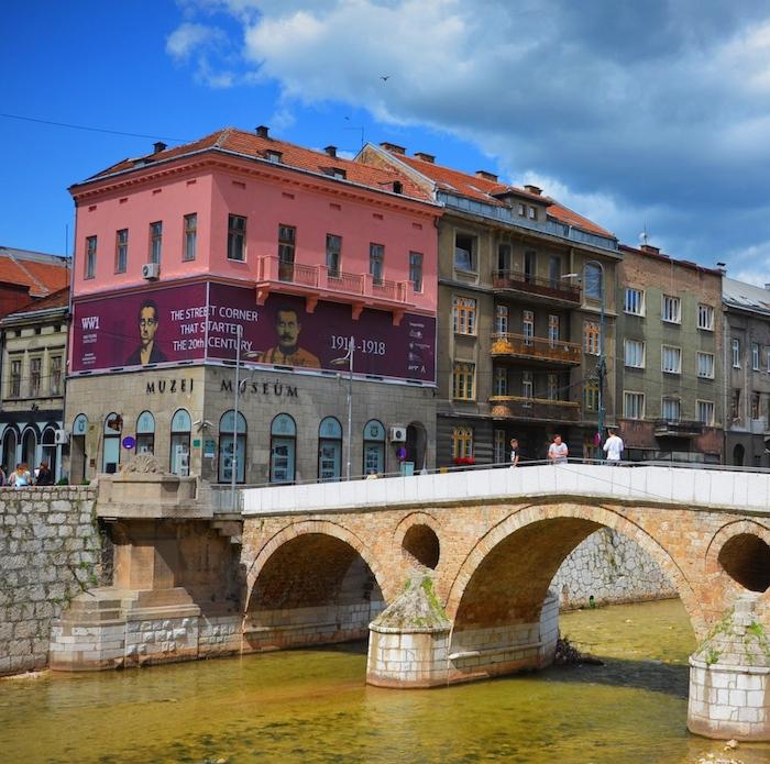 Die Lateinerbrücke in Sarajevo in Bosnien und Herzegowina, einem der Balkanländer im Balkan