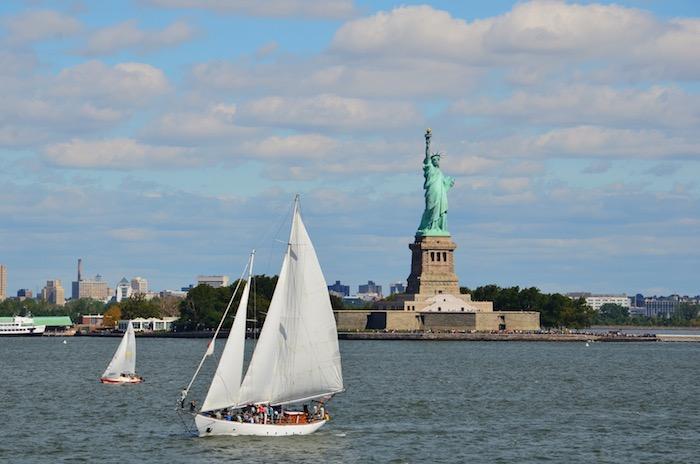 Freiheitsstatue und Segelschiff von der Staten Island Ferry