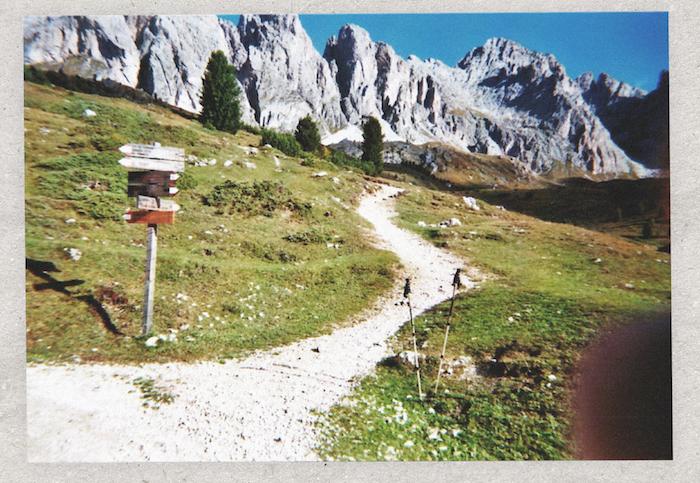 Digital Detox in Südtirol: Wegweiser an einem Wanderweg