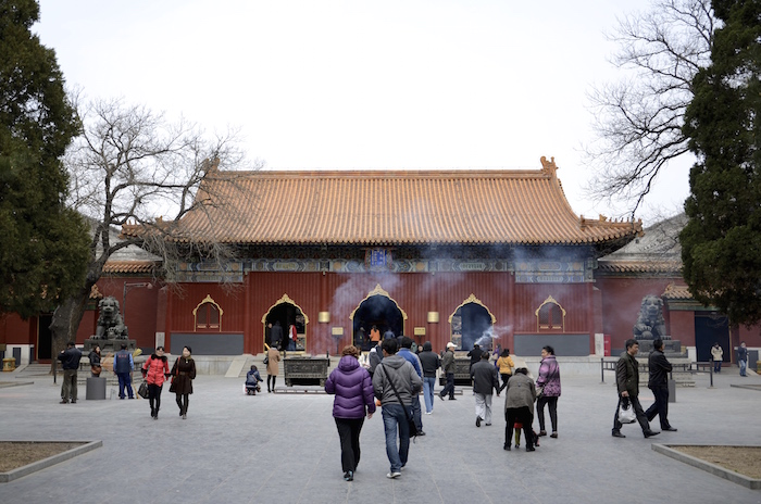 Auf dem Weg zum Mönch im Lamatempel in Peking