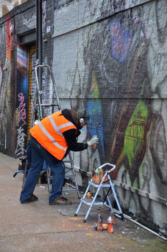 Streetart in London: Ein Streetartist bei der Arbeit