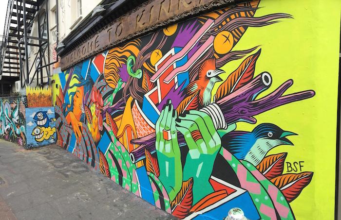 Ein Gemälde an einer Wand wird zu Streetart in London