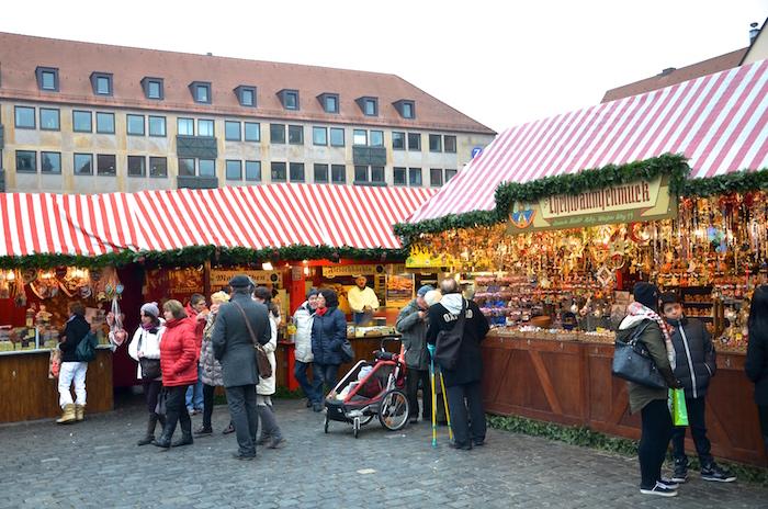 Buden auf dem Christkindlesmarkt in Nürnberg