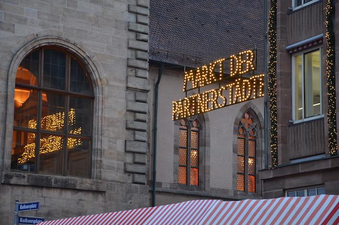 Der Markt der Partnerstädte nahe des Christkindlesmarkt in Nürnberg
