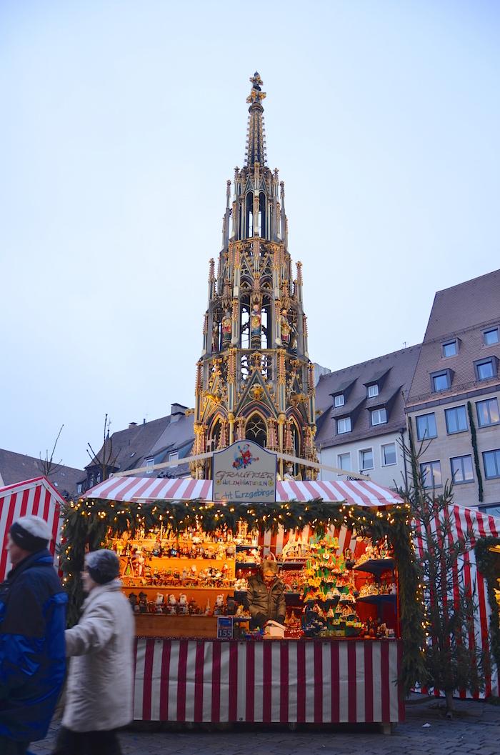 Der Schöne Brunnen auf dem Christkindlesmarkt in Nürnberg