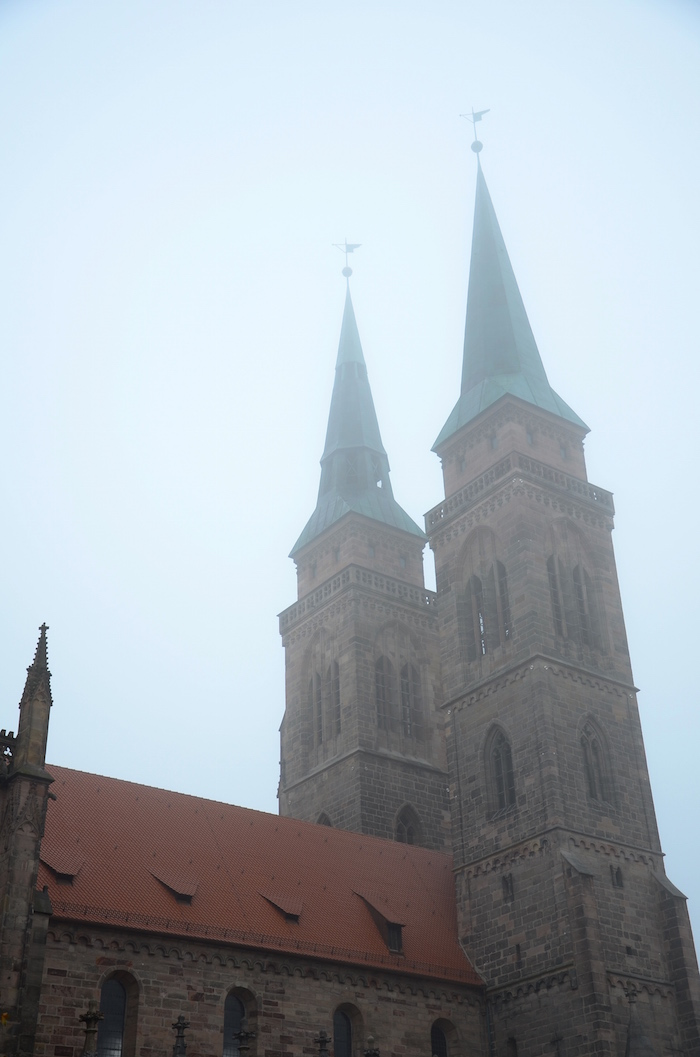 Unweit des Christkindlesmarkt in Nürnberg befindet sich die Sebalduskirche