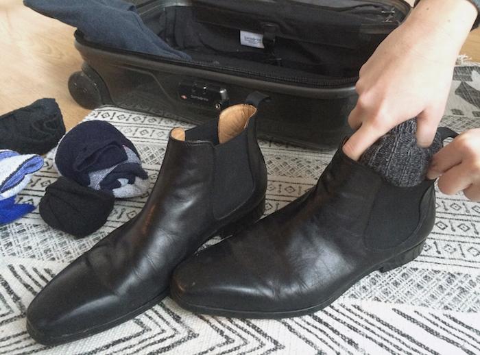 Einer der besten Reisetipps: Socken in Schuhe packen