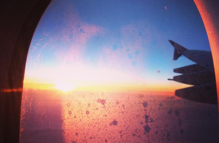 Einer der besten Reisetipps ist es, sich im Flugzeug einen Platz für den Sonnenaufgang zu sichern