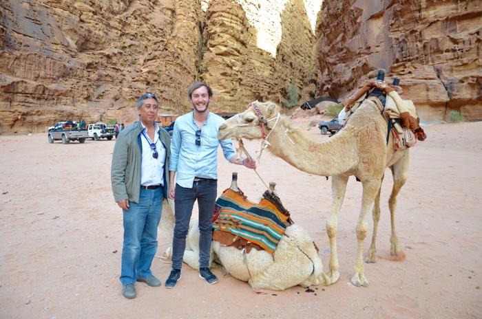Clemens mit Kamelen der Beduinen