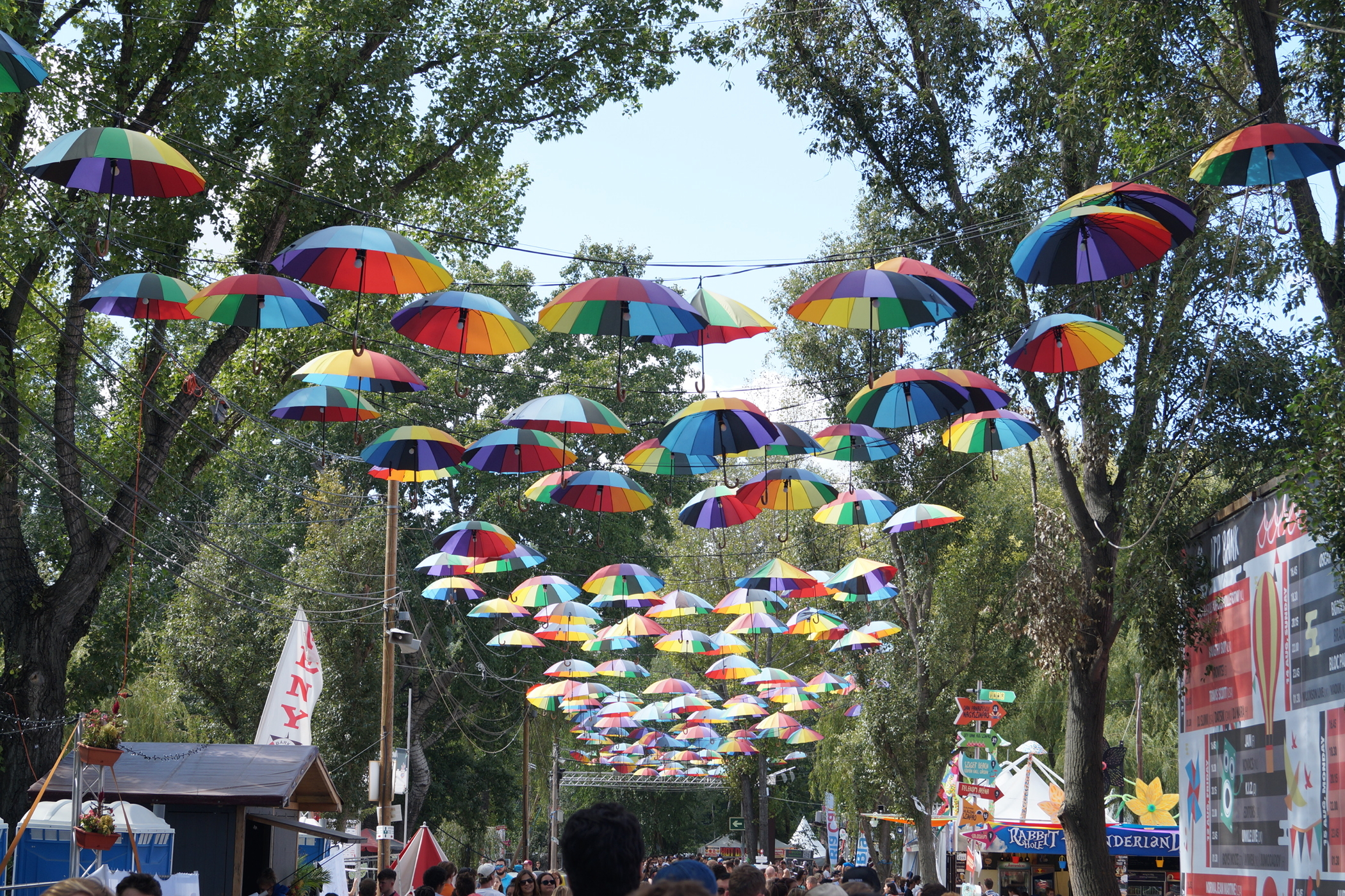 Alle aus Schirmen beim Sziget Festival Budapest