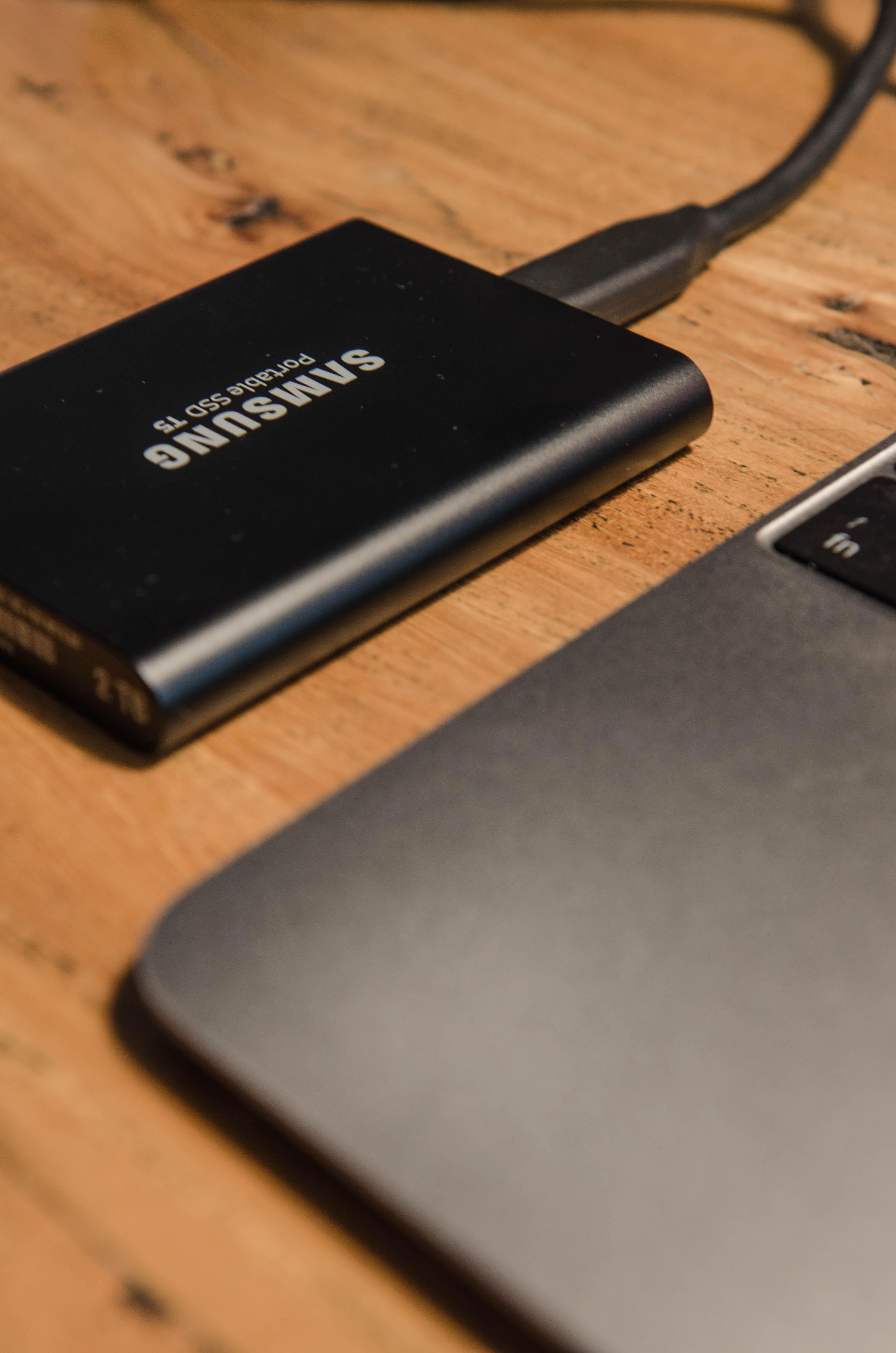 Einfach anschließen und Fotos speichern auf Reisen mit der Samsung Portable SSD T5