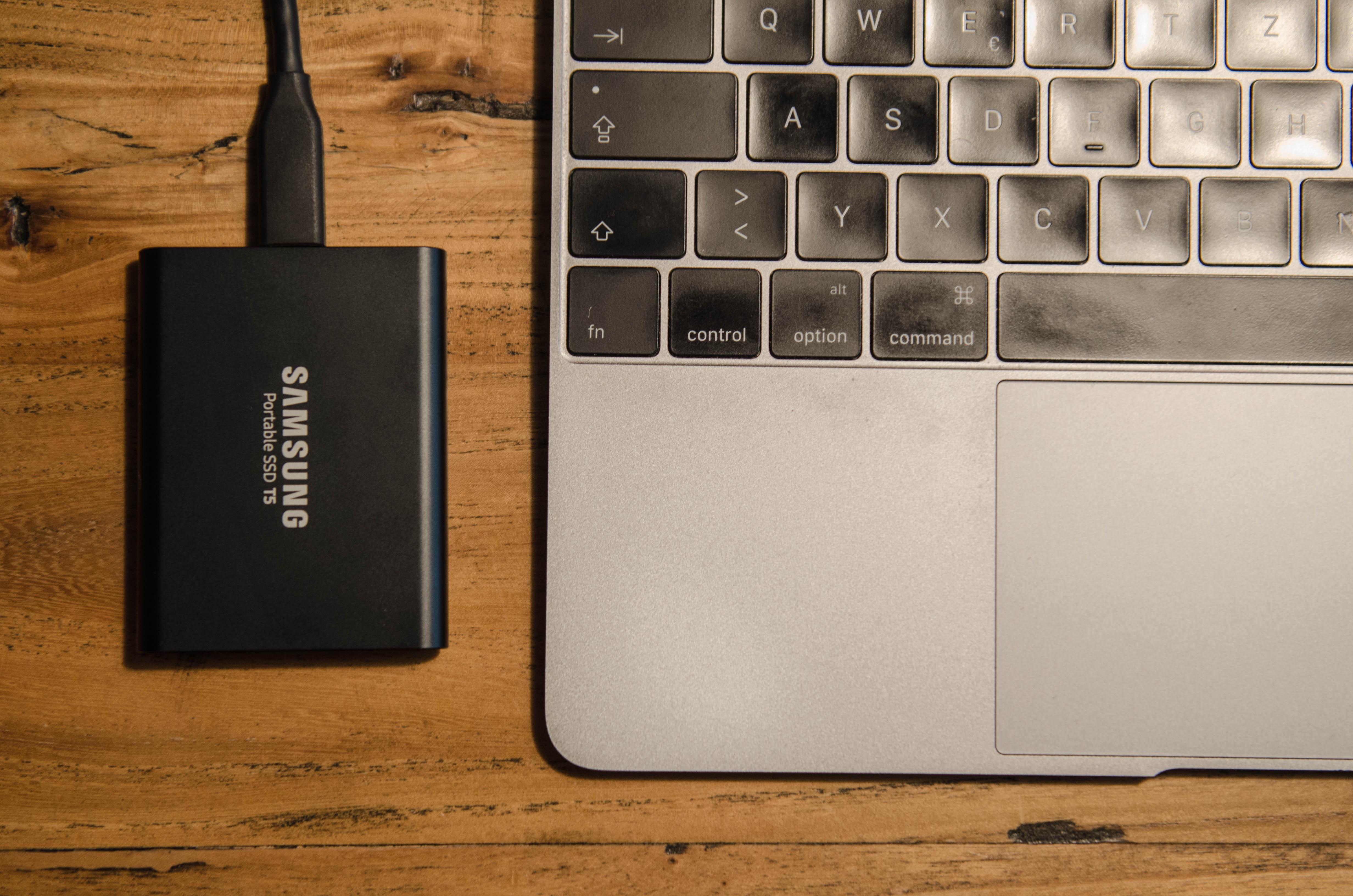 Einfach Fotos speichern auf Reisen mit der Samsung Portable SSD T5 und deinem Laptop