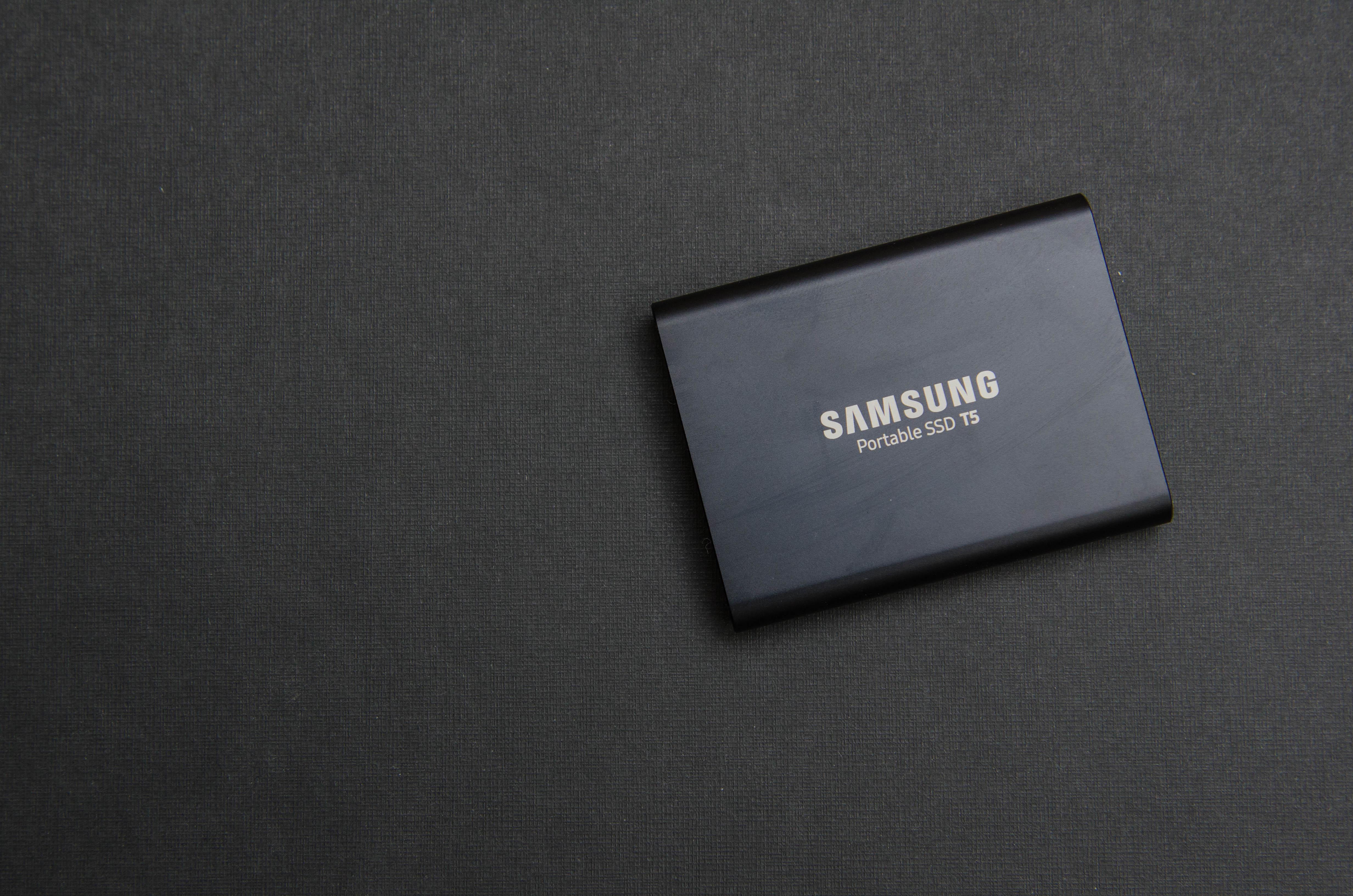 So handlich und klein ist die Samsung Portable SSD T5 zum Fotos speichern auf Reisen
